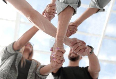 Photo pour Concept de travail d'équipe : un groupe de personnes aux mains diverses travaillant ensemble Traitement croisé des jeunes au bureau - image libre de droit