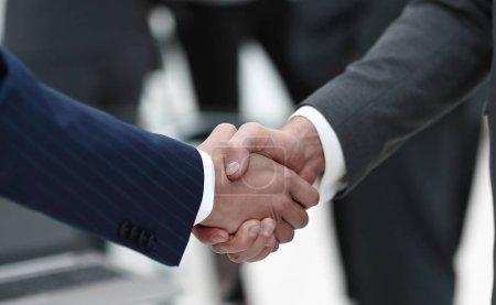 Foto de Primer plano de los socios comerciales del apretón de manos sobre un fondo borroso - Imagen libre de derechos