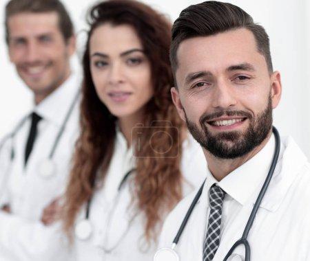 Photo pour Portrait d'un thérapeute et de collègues isolés sur blanc - image libre de droit