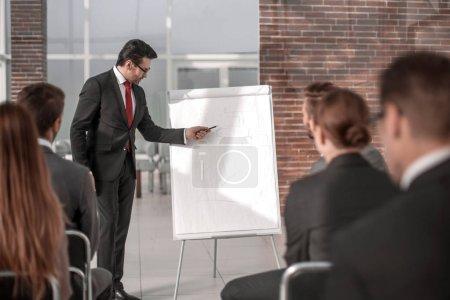 Photo pour Homme d'affaires tient une présentation d'un nouveau projet. concept d'entreprise - image libre de droit
