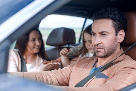 Photo pour Famille moderne voyage en voiture. week-end famille - image libre de droit