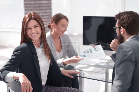 Photo pour Femme d'affaires réussie sur le lieu de travail dans le bureau.gens d'affaires - image libre de droit