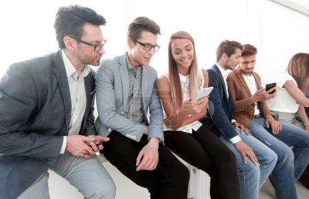 Photo pour Groupe de jeunes utilisent leur smartphones.the concept de communication - image libre de droit