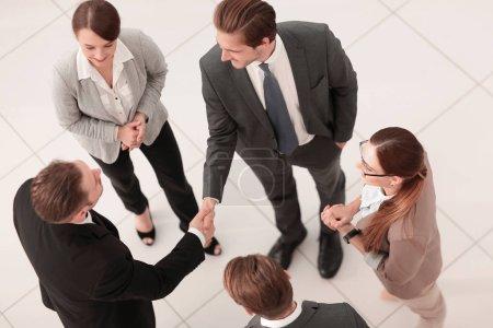 Photo pour Top view.handshake partenaires commerciaux avant une réunion d'affaires.photo avec espace de copie - image libre de droit
