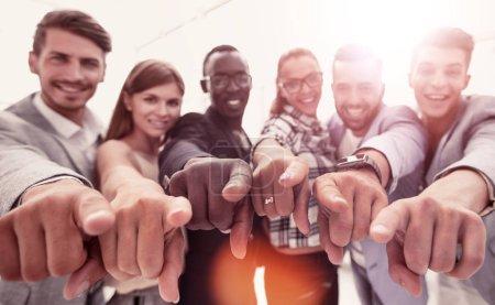 Photo pour Prêt à vous aider hommes d'affaires joyeux vous pointant et souriant - image libre de droit