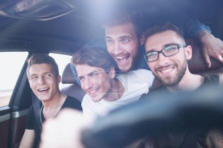 Foto de Personas felices de diferentes grupos étnicos en el coche - Imagen libre de derechos