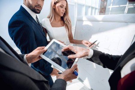 Photo pour Close up Des partenaires commerciaux discutent d'un nouveau projet de design - image libre de droit
