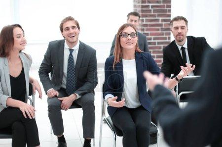 Foto de Hombre de negocios dando presentación a diversos socios en la sala de reuniones, coach de negocios positivo explicando el nuevo proyecto de grupo, líder del equipo que presenta el plan de marketing en pizarra - Imagen libre de derechos