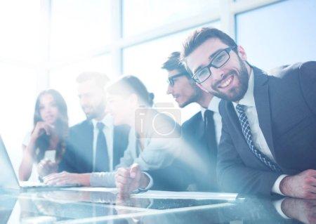 Photo pour Homme d'affaires assis à une réunion d'affaires dans le bureau.photo avec espace de copie - image libre de droit