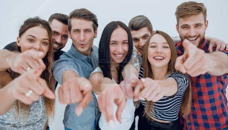 Photo pour Close up.a équipe amusante de jeunes pointant vers vous.le concept de choix - image libre de droit