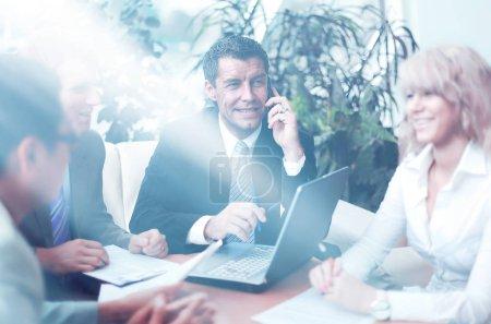 Photo pour Équipe entreprise prospère assis dans le bureau et la planification des travaux - image libre de droit