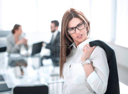 Photo pour Femme d'affaires confiante debout avec une veste sur son épaule.photo avec espace de copie - image libre de droit