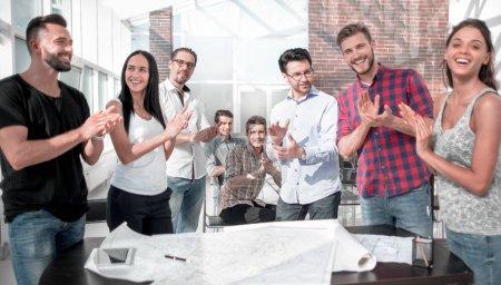 Photo pour L'équipe de conception a fait une ovation à la notion de office.the créatif du travail d'équipe - image libre de droit