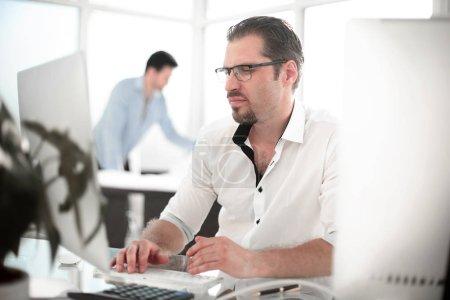 Photo pour Homme d'affaires travaillant sur un ordinateur personnel. photo avec espace de copie - image libre de droit