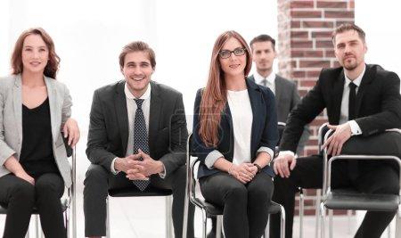 Photo pour En léger de bureau modern, équipe sympathique entreprise multiethnique s'amuser, discuter des enjeux des entreprises à la réunion - image libre de droit