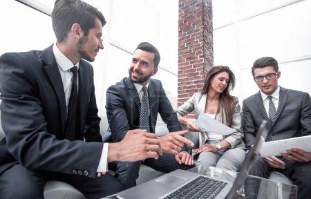 Photo pour Équipe d'affaires discutant des documents financiers. le concept de travail d'équipe - image libre de droit