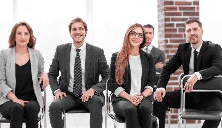 Foto de En oficina moderna ligera, equipo de negocios multiétnica agradable diversión, discutir temas de negocios en reunión - Imagen libre de derechos