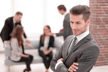 Photo pour Gros plan d'un homme d'affaires prospère, contre ses collègues - image libre de droit