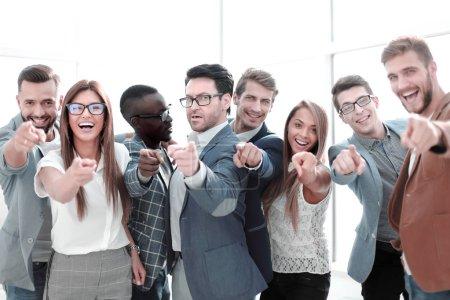 Gruppe erfolgreicher junger Männer, die auf dich zeigen