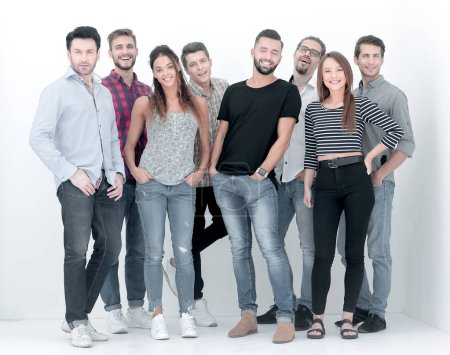 Photo pour Groupe créatif de jeunes debout ensemble.photo isolée avec espace de copie - image libre de droit