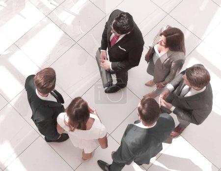 Foto de Vista superior. empleados en una oficina moderna. foto con espacio de texto - Imagen libre de derechos