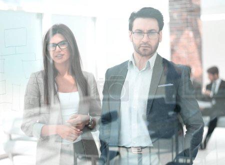 Photo pour Collègues d'affaires confiants debout dans le concept office.business - image libre de droit