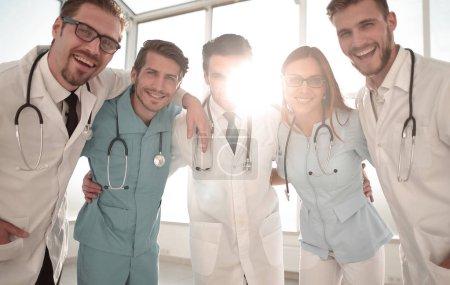 Photo pour Groupe souriant heureux excité de personnes à l'hôpital, porter des blouses de laboratoire blanches - image libre de droit