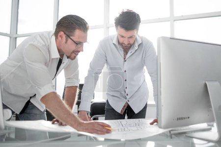 Photo pour Deux architectes travaillant avec des plans pour le concept de projet de plan architectural.construction - image libre de droit