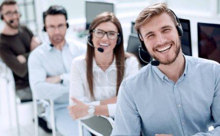 Photo pour Les employés du centre d'appels regardant le concept camera.business - image libre de droit