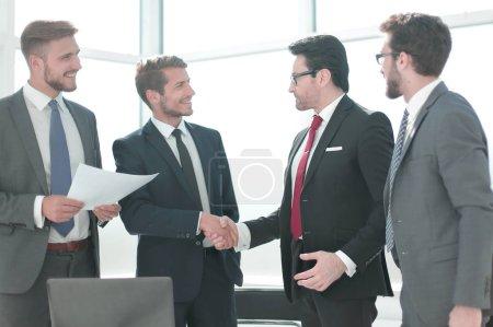 Photo pour Poignée de main partenaires commerciaux debout dans le bureau.concept de coopération - image libre de droit