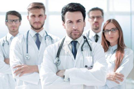 Photo pour Portrait du médecin et du personnel médical debout dans le bureau. photo avec espace de copie - image libre de droit