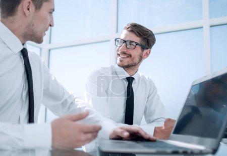 Photo pour Conseiller d'entreprise travaillant avec la calculatrice et le rapport sur le plan financier au bureau. comptable, faire la comptabilité et calcul de taxe, de recettes et de budget. - image libre de droit