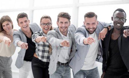 Foto de Te elegimos Grupo de personas de negocios alegres en ropa casual de pie cerca el uno del otro y señalándote - Imagen libre de derechos