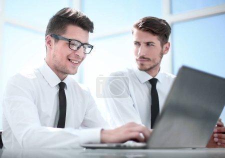 Photo pour Gros plan de l'homme d'affaires souriant heureux ou employeur travaillant sur numérique ordinateur portable à l'intérieur de bureau moderne - image libre de droit