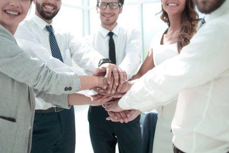 Photo pour Équipe d'affaires montrant leur unité. le concept de travail d'équipe - image libre de droit