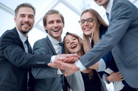 Photo pour Équipe créative réunion mains ensemble en ligne, acquisition d'esprit d'équipe de personnes entreprise, remue-méninges concept - image libre de droit