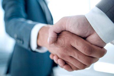 Photo pour Bouchent la vue du concept de poignée de main de partenariat commercial. Photo du processus de négociation deux homme d'affaires. Accord fructueux après la grande rencontre. - image libre de droit