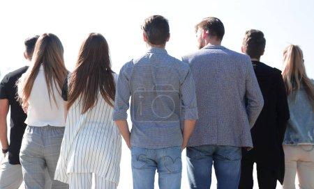 Photo pour Vue arrière. groupe d'amis regardant la copie space.photo avec espace de texte - image libre de droit