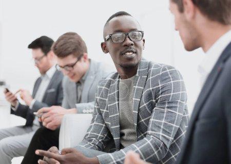 Foto de De cerca. empleados de la empresa hablan durante un trabajo break.office días laborables - Imagen libre de derechos