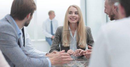 Photo pour Jeune femme d'affaires lors d'une réunion avec l'équipe d'affaires. le concept de travail d'équipe - image libre de droit