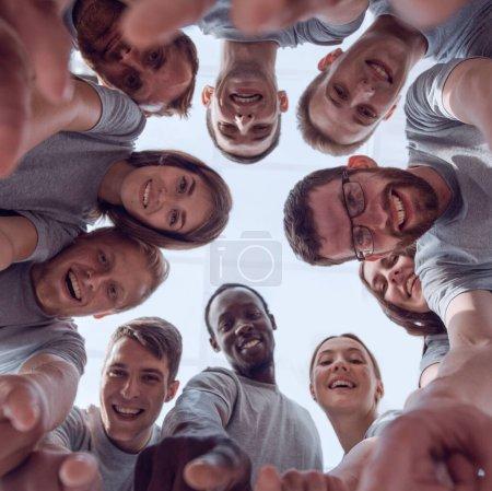 Photo pour Vue du bas. un groupe de jeunes qui réussissent à vous montrer du doigt. gros plan - image libre de droit