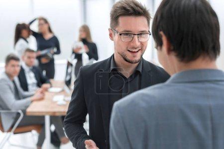 Photo pour En gros plan. des collègues d'affaires pour discuter de leurs idées. jours de travail - image libre de droit