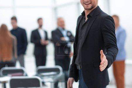 Photo pour L'homme d'affaires tend la main pour se serrer la main. Concept de partenariat - image libre de droit
