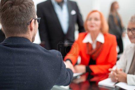 Photo pour Salle de businesspeople discutant ensemble dans la Conférence au cours de la réunion au bureau - image libre de droit