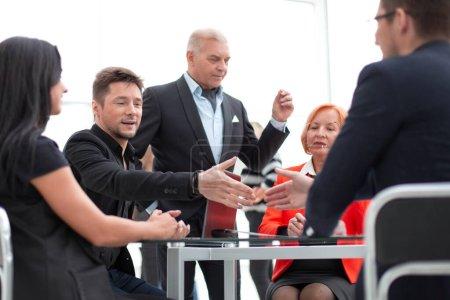 Photo pour Deux partenaires commerciaux en poste serrent la main après des négociations ou un contrat fructueux. Concept de coopération - image libre de droit