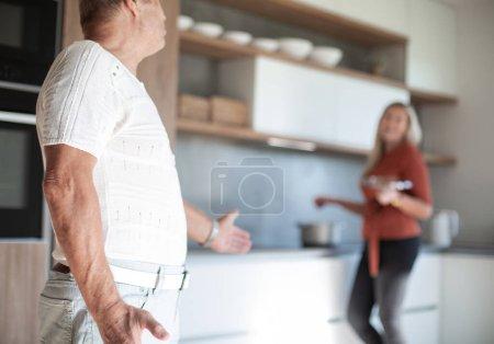 Photo pour Heureux couple âgé prépare le déjeuner dans leur nouvelle cuisine. photo avec un espace de copie . - image libre de droit