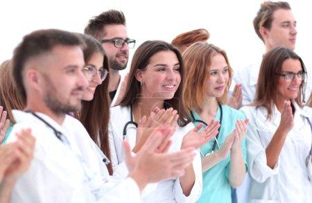 Photo pour De près. un groupe de différents médecins applaudit ensemble. concept de réussite - image libre de droit