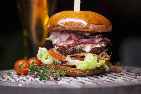 Photo pour Fast food en gros plan avec hamburger traditionnel savoureux - image libre de droit