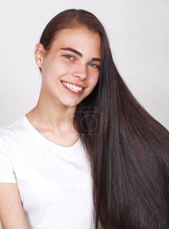 Nahaufnahme Porträt von hübschen jungen brünetten Mädchen