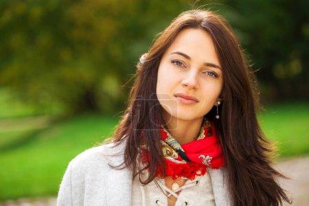 Photo pour Portrait d'une jeune belle femme brune en manteau gris dans le parc d'automne - image libre de droit